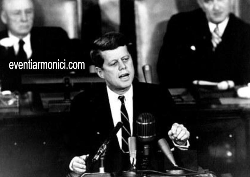 Kennedy durante un discorso
