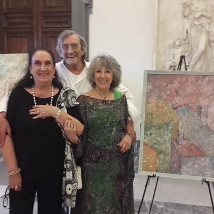 La pittrice Maralba Focone in compagnia di grandissimi amici